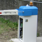 Elektronische oder automatische Schranke und Poller vor Flughafen Ambri