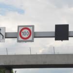 Mechanische Wechselwegweiser weisen auf Autobahn auf maximal Geschwindigkeit hin