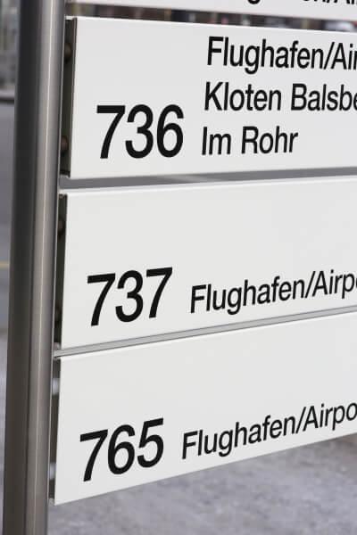Linientafeln leiten und informieren Passagiere an der Bushaltestelle