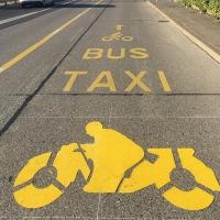 Espace partagé: les deux-roues motorisés roulent sur les voies de bus